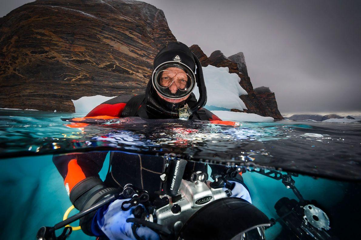 David Doubilet fotografa icebergs perto de Red Island, Scoredbysund Fjord, Leste da Groenlândia.