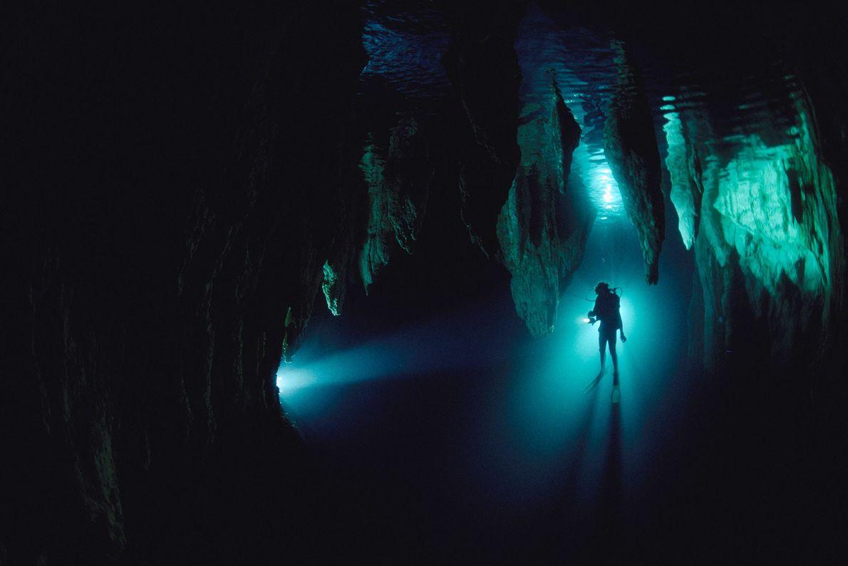 A silhueta de um mergulhador é mostrada na Caverna do Candelabro, Palau, Micronésia. Mergulhar em cavernas ...