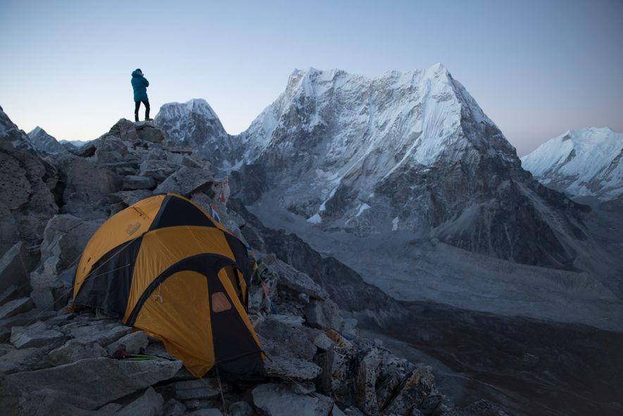 Lama observa Lunag Ri do Pico Fox, aclimatizando-se para sua tentativa de chegar ao cume em ...
