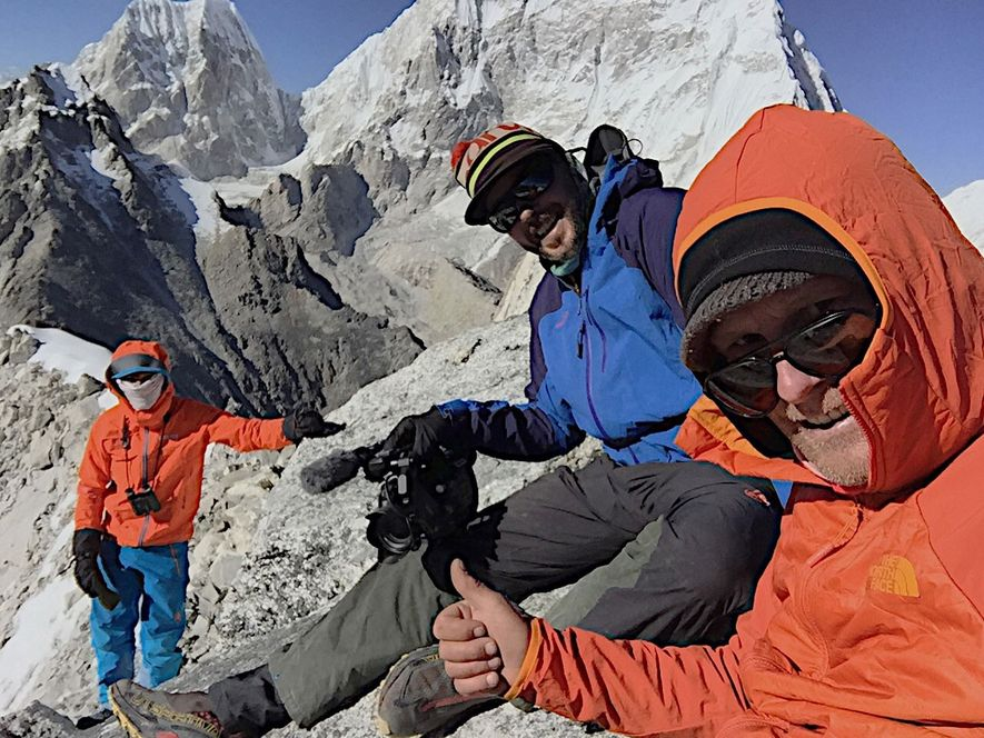 Conrad Anker (à direita) e Lama (à esquerda), juntos com o cameraman Martin Hanslmayr (no centro), ...