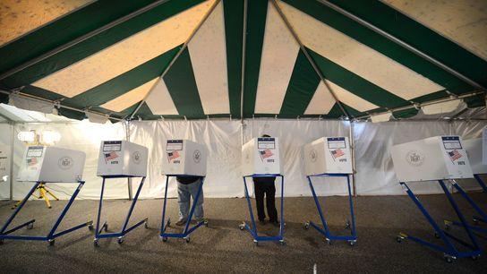 Uma tenda foi o local de votação improvisado para os eleitores em Staten Island, Nova York, ...