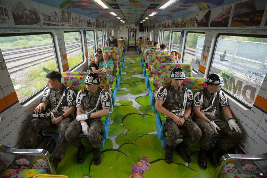 A fronteira entre as Coreias está cheia de armas, soldados e turistas