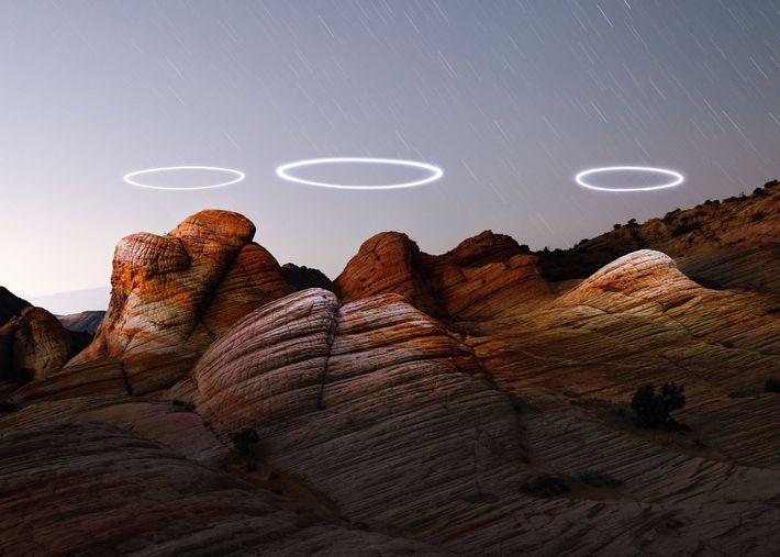 O fotógrafo Reuben Wu programou drones iluminados para circularem sobre as formações de arenito de Yant ...
