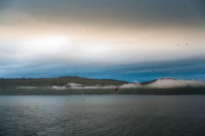 Vista da Ilha Big Diomede (Rússia) a partir de Little Diomede, Alasca. No estreito de Bering, ...