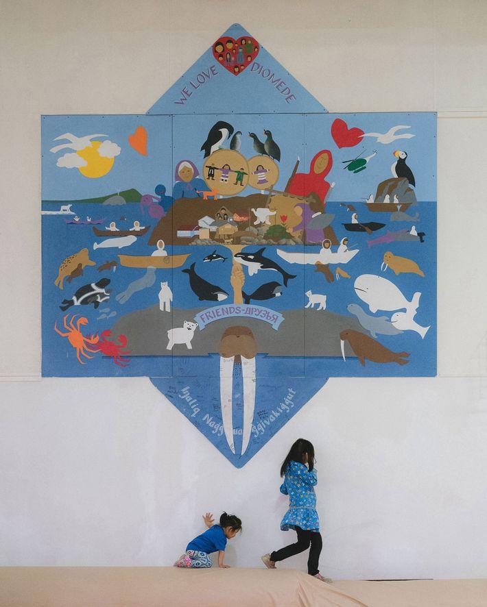 Esse mural no ginásio da Escola de Diomede simboliza a relação entre as Ilhas Little e ...