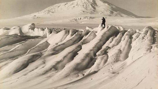 Membro da expedição Terra Nova, de Robert Falcon Scott, ao Polo Sul, em pé sobre um ...