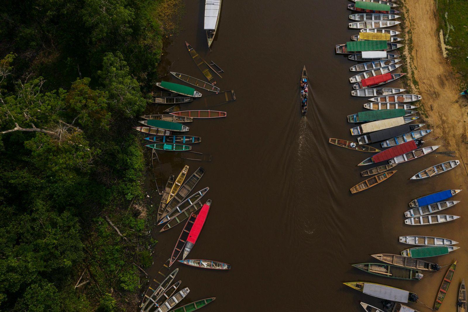 foto aérea de rio com várias canoas