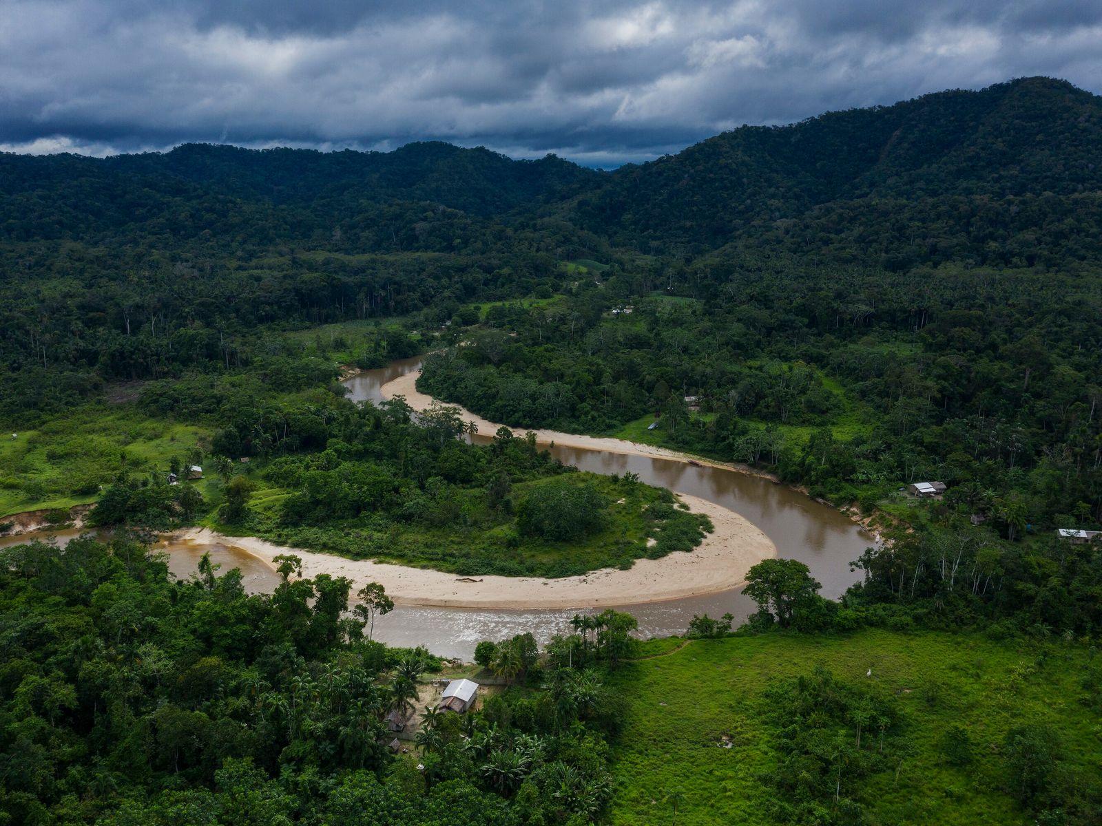 rio e ao fundo montanhas cobertas de verde