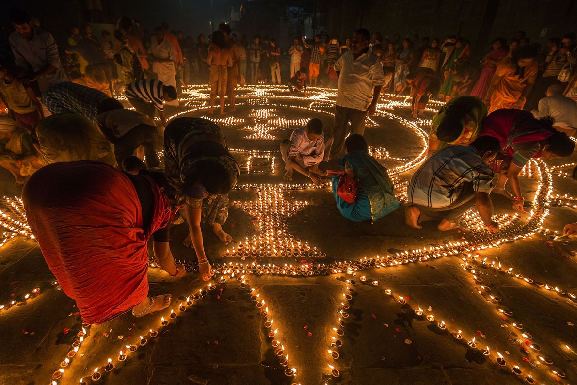 Esta imagem foi tirada durante o Dev Deepawali, que Tejpal explica ser o festival de Kartik ...