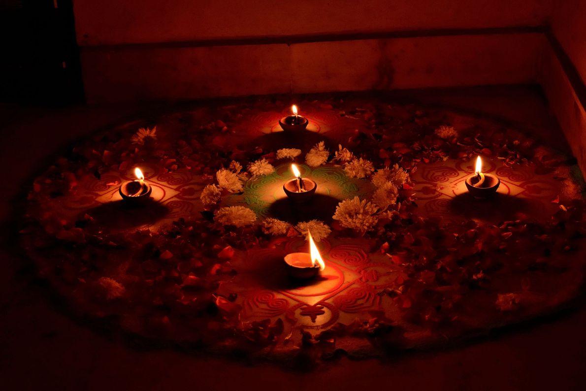 No segundo dia de Diwali, as pessoas decoram suas casas. O nome Diwali vem da alça ...
