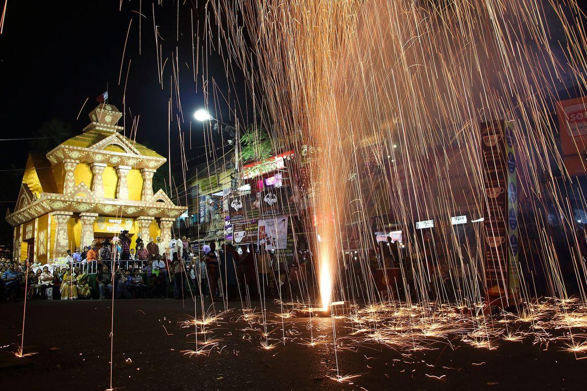 Fogos de artifício caem como chuva sobre Calcutá. Halder explica que a imagem foi tirada durante ...