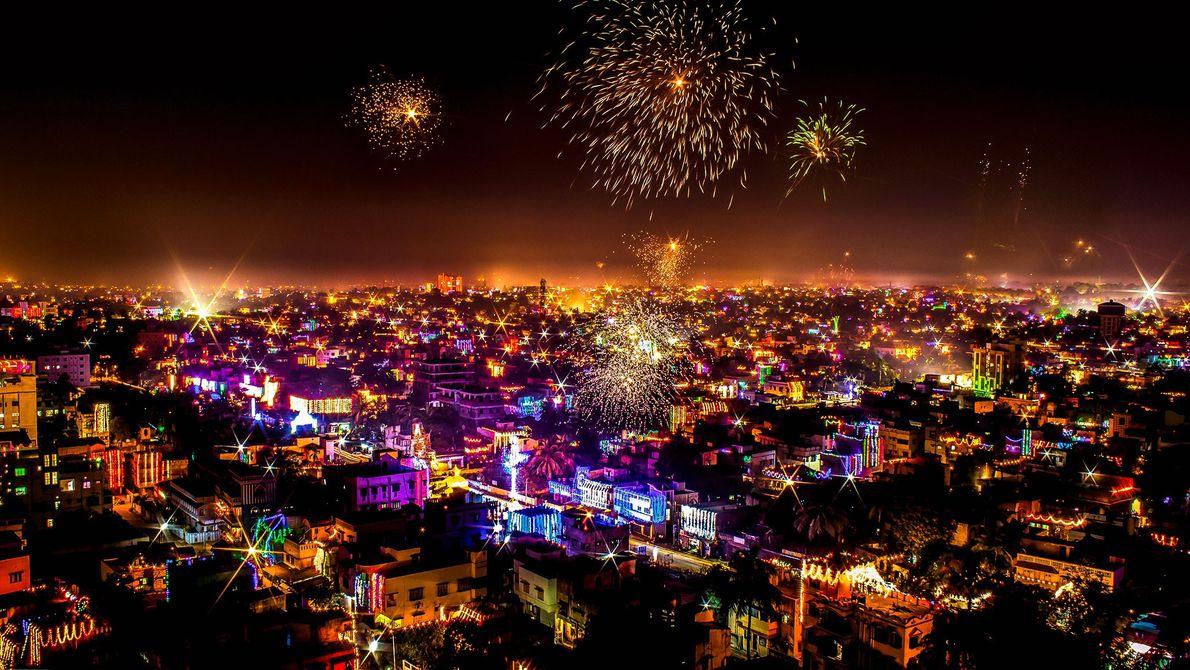 Este panorama de Durgapur, em Bengala Ocidental, com seus prédios acesos e fogos de artifício estourando ...