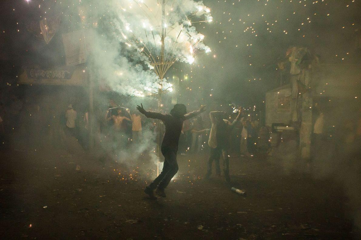 Além de acender as lamparinas, famílias em toda a Índia acendem fogos de artifício para comemorar. ...