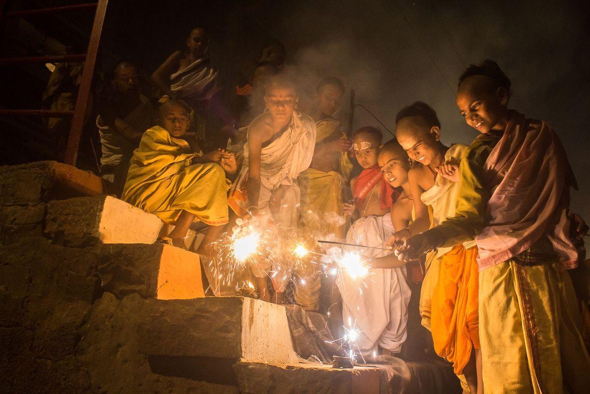 Rojões e fogos de artifício são disparados durante toda a noite de Diwali em Varanasi. Caso ...