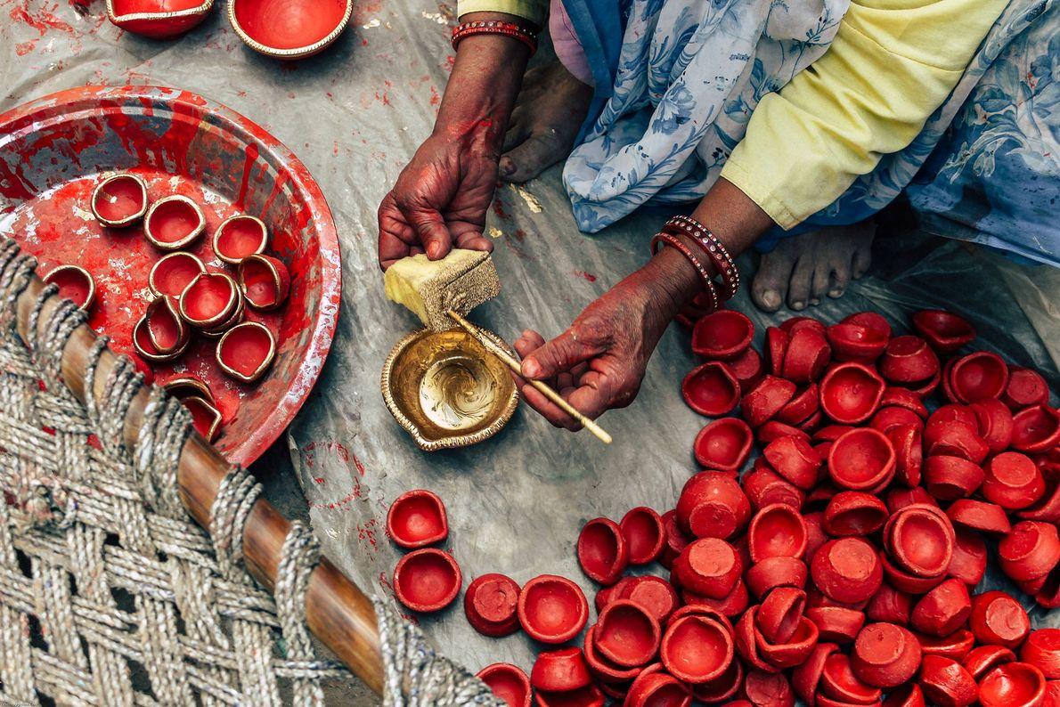 Lamparinas a óleo de barro, conhecidas como diyas, têm um papel crucial no Diwali. A imagem ...