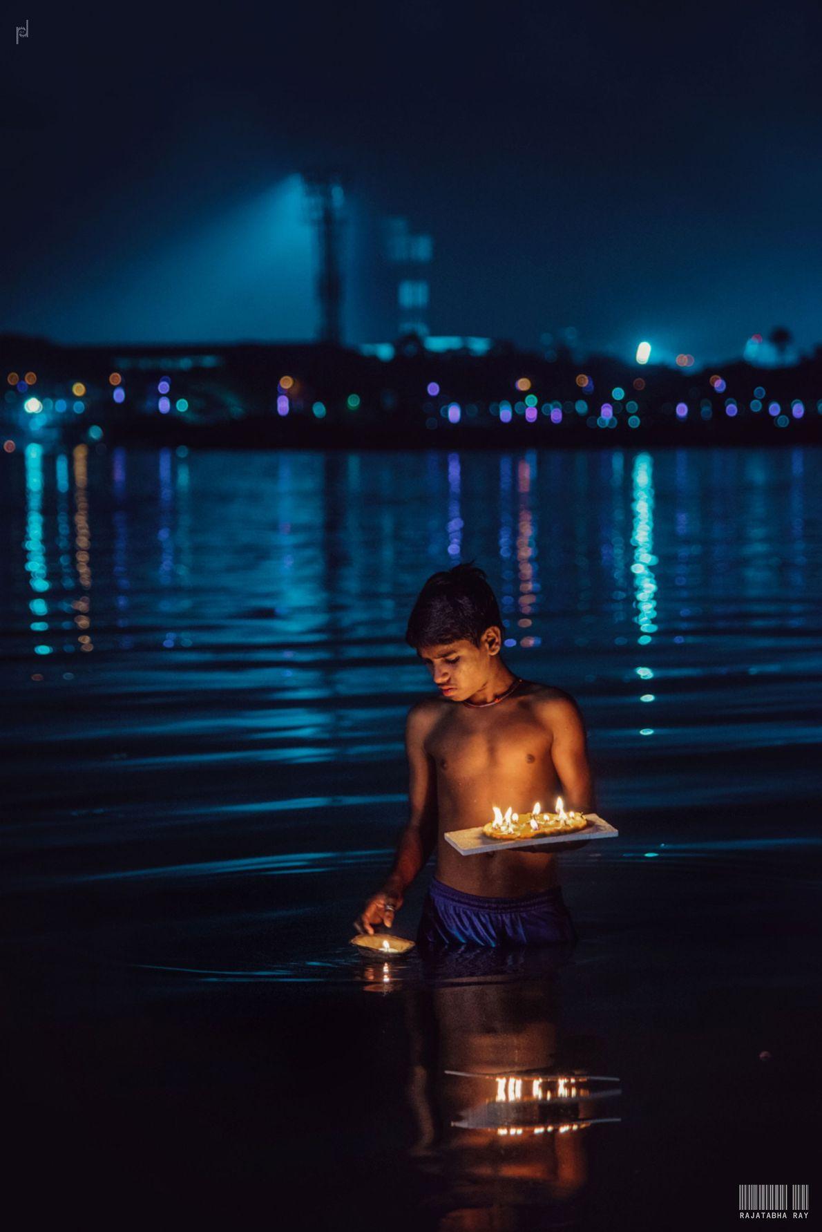 Durante o Dev Diwali, o Ganges brilha com as milhares de lamparinas a óleo, ou diya, ...