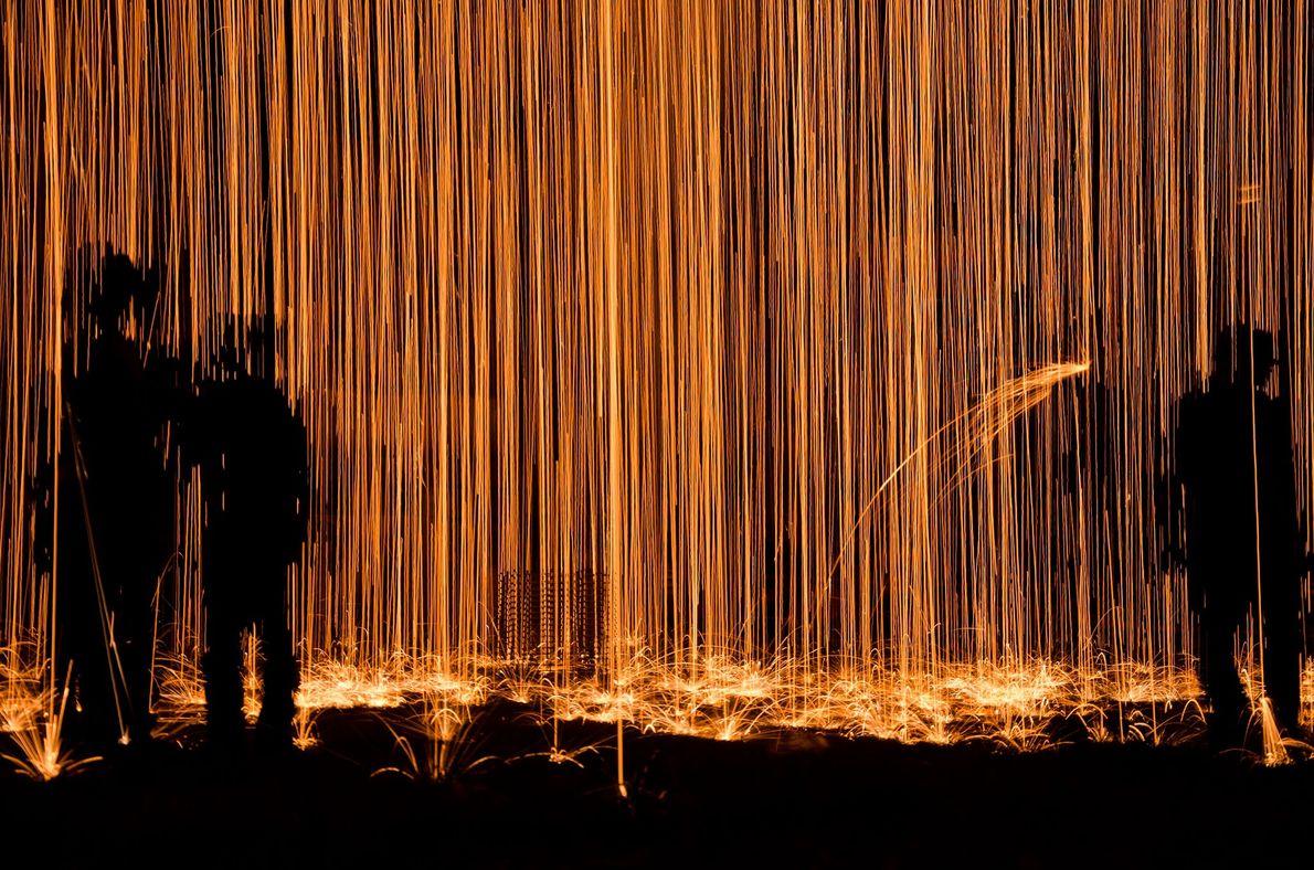 Anirban Das tirou esta foto de uma chuva de fogo durante uma competição de fogos de ...