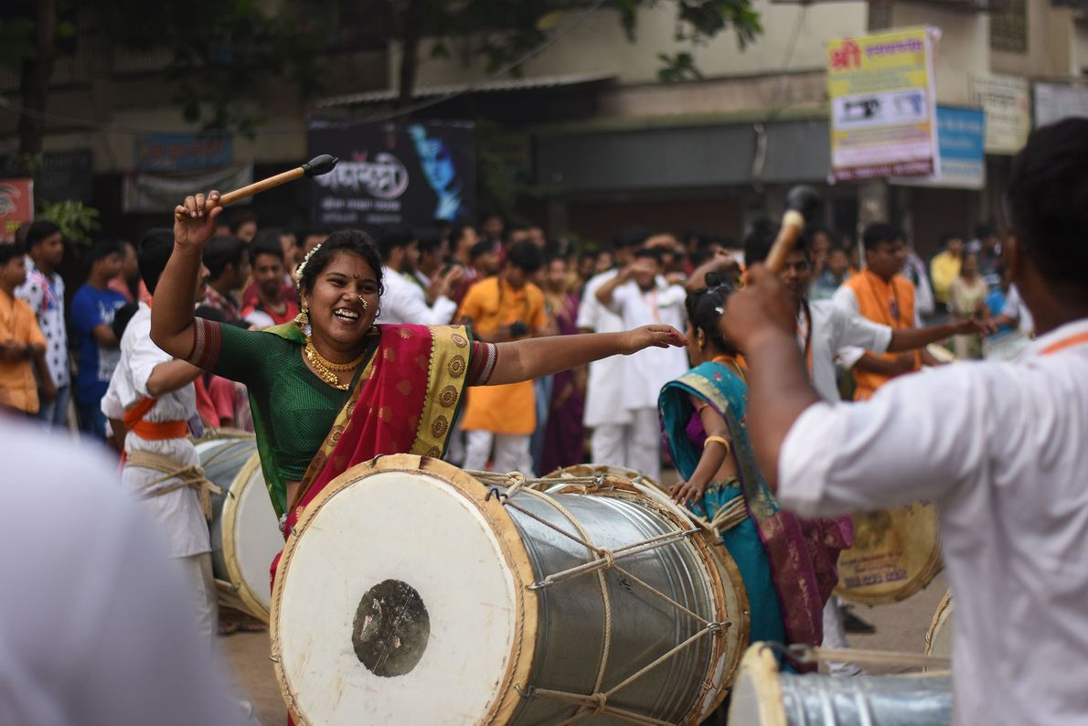 Muitos festivais indianos são celebrados com os tambores vibrantes e danças do dhol-tasha. A revigorante imagem ...