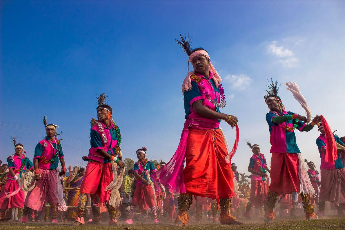 Nos últimos 30 anos, explica Sarkar, a tribo indígena Adivasi, em Gangārāmpur, realiza uma cerimônia de ...