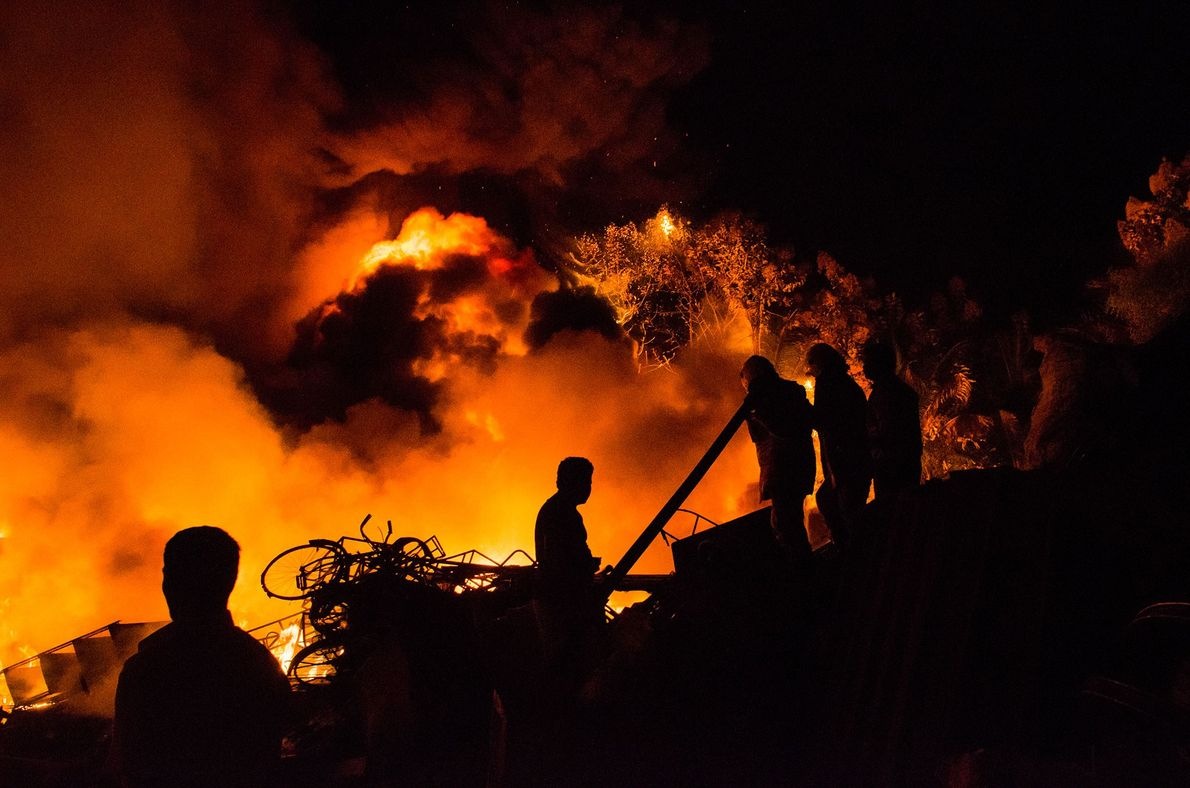Onde há bombinhas e rojões há também, infelizmente, acidentes. Ghosh testemunhou uma fábrica de plásticos incendiada ...