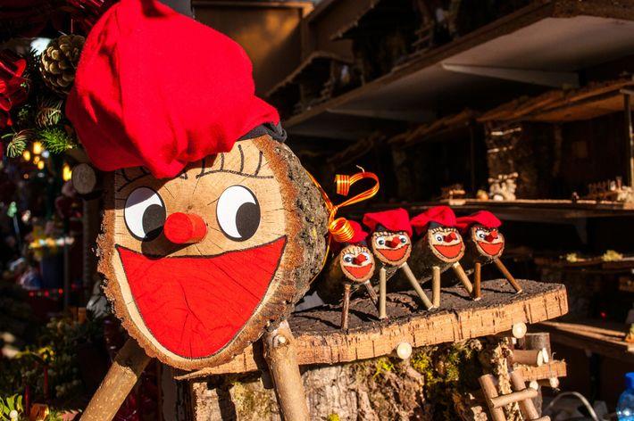 Um Tió de Nadal, tradição natalina na Catalunha, espera para ser vendido em um mercado de ...