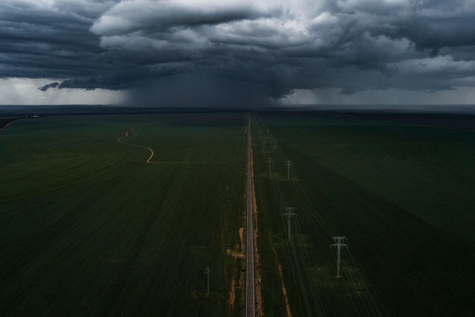 foto aérea estrada e linhas de transmissão de energia