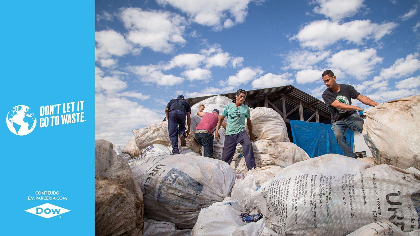 Cooperados organizam material da coleta seletiva na Coopersonhos, em Nova Odessa (SP).