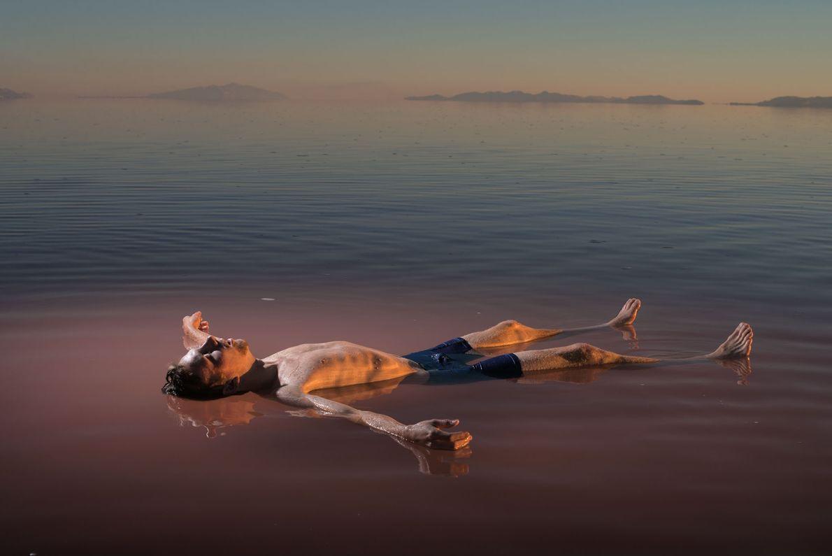 Benjamin Anderson flutua na região norte do Grande Lago Salgado, em Utah. Na água hipersalina, ele ...