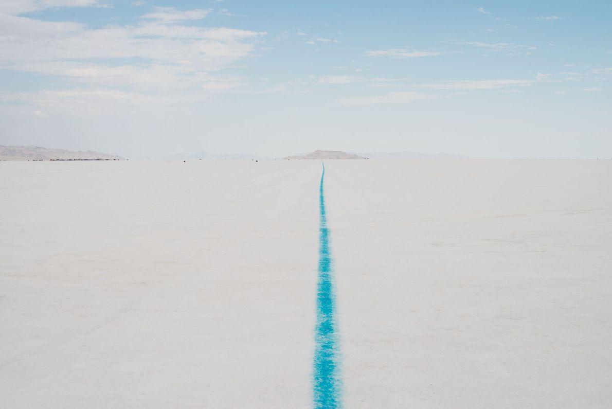 O Bonneville Salt Flats, em Utah, consiste de cerca de 120 quilômetros quadrados de deserto branco ...