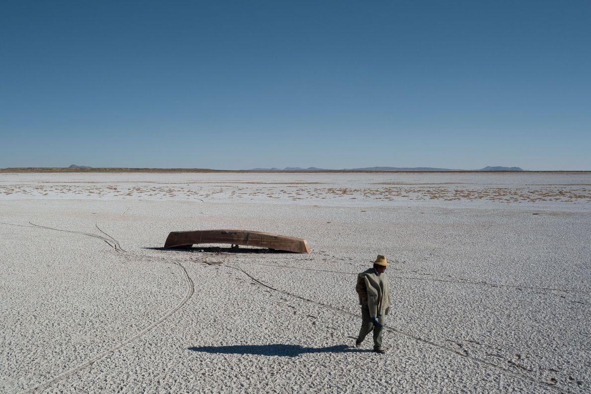 O leito do seco e salgado Lago Poopó, na Bolívia, estende-se na distância. Barcos encalharam, e ...