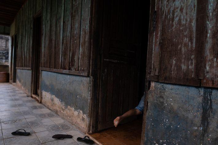 Criança cinta-larga corre para dentro de casa com a chegada da equipe de reportagem. Com a ...