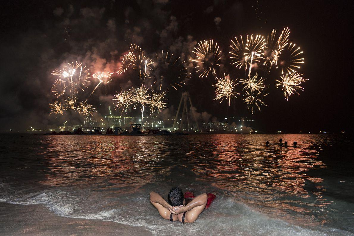 Fogos de artifício iluminam a ilha artificial Bluewaters Island durante as celebrações de Eid Al-Adha.