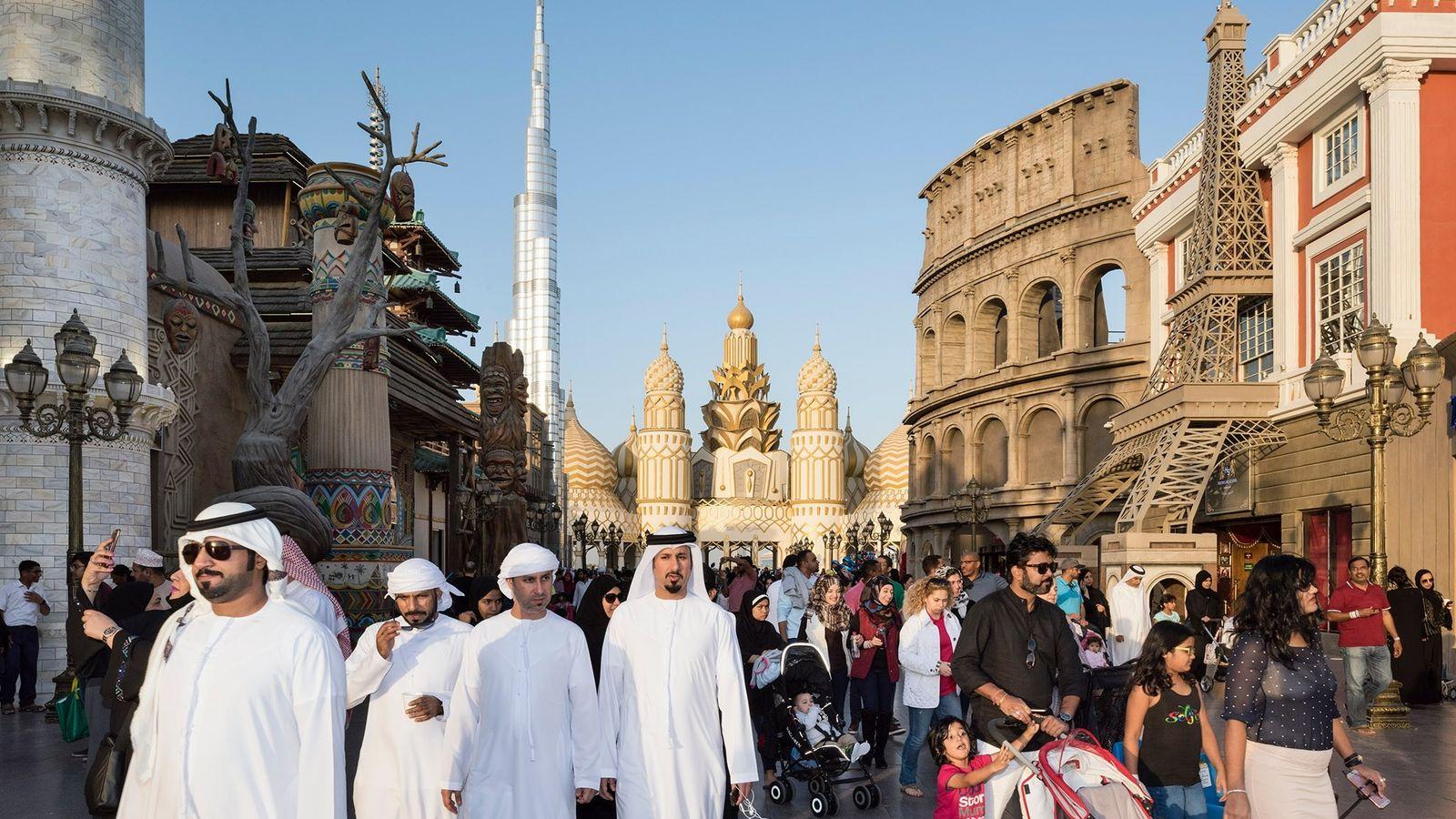 O Global Village, em Dubai, é um parque multicultural bom para compras e entretenimento.