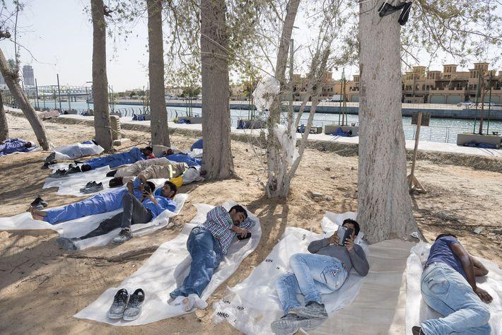 Trabalhadores descansam sob sombras estreitas no Water Canal, em Dubai.