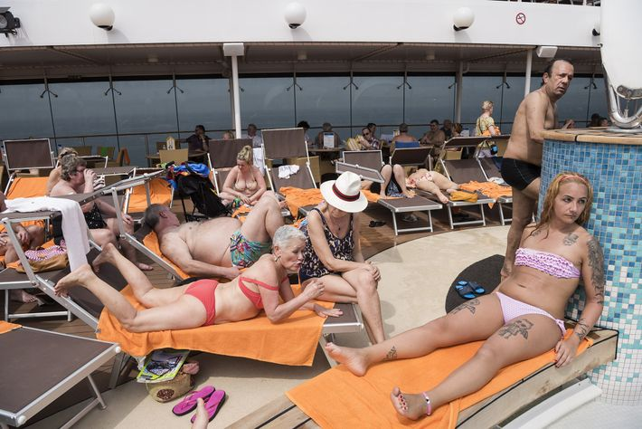 Passageiros a bordo do cruzeiro MSC Musica pegam sol no convés. O cruzeiro leva os viajantes ...