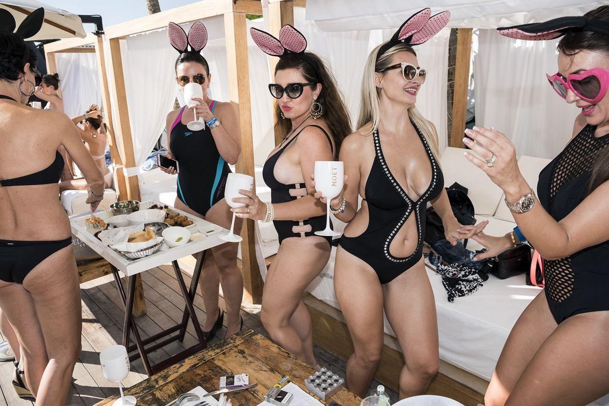 Visitantes desfrutam do brunch em um sábado no restaurante costeiro Blue Marlin Ibiza, em Ghantoot.