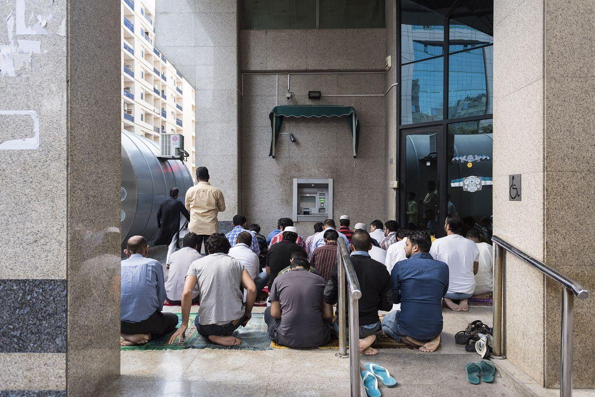 Muçulmanos rezam nas ruas adjacentes à mesquita de Deira, local habitado em sua maioria por trabalhadores ...
