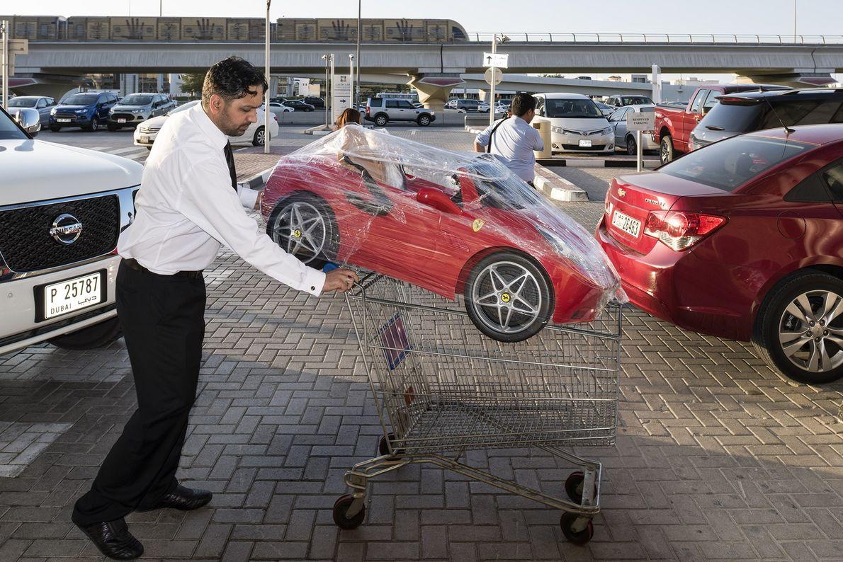 Carros transitam no estacionamento do Oasis Mall.