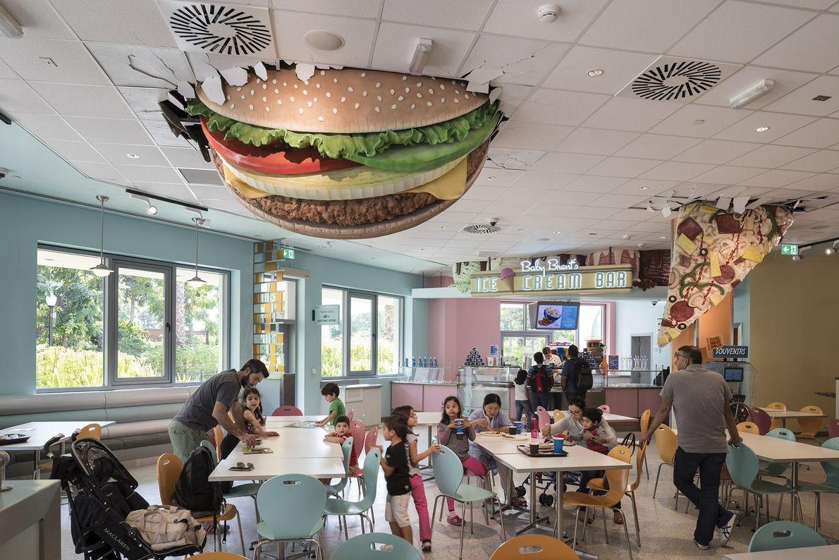 Um hambúrguer e uma fatia de pizza gigantes pendem do teto do Baby Brent's Luncheonette, no ...