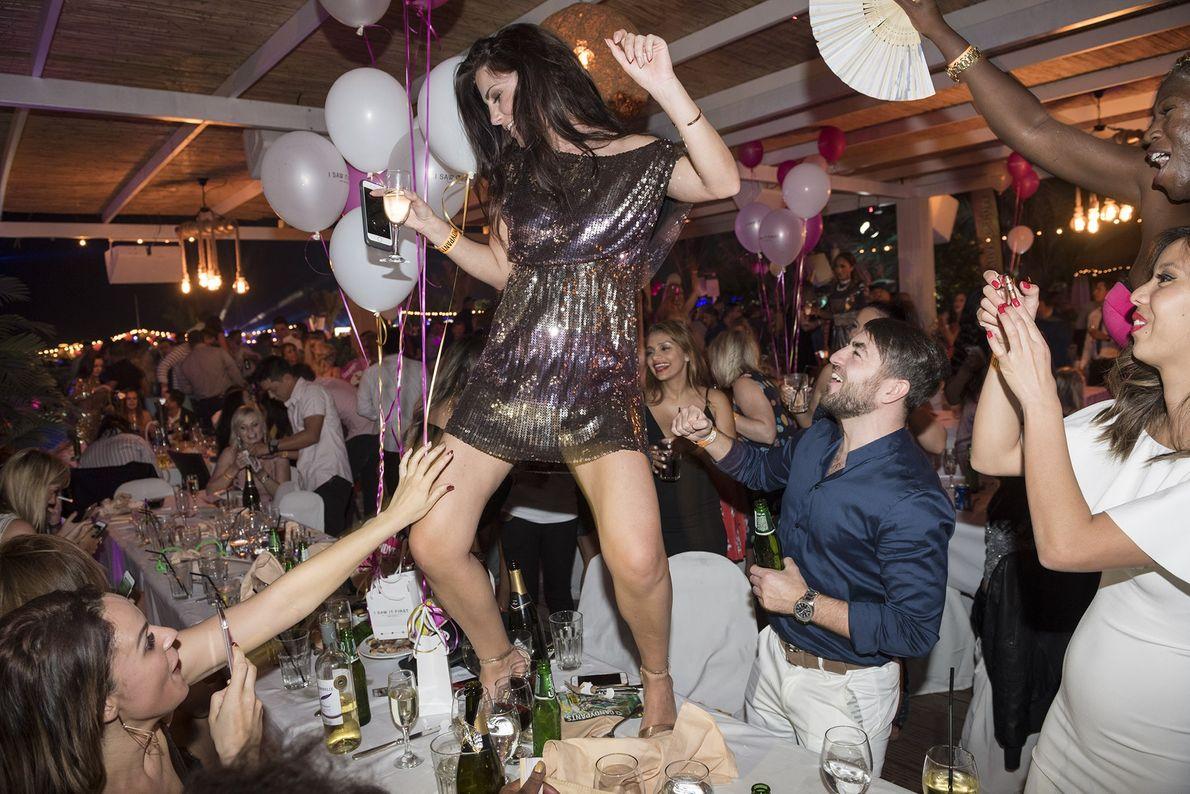 Uma jovem dança sobre a mesa durante a festa de Ano Novo chamada Candypants Party, na ...