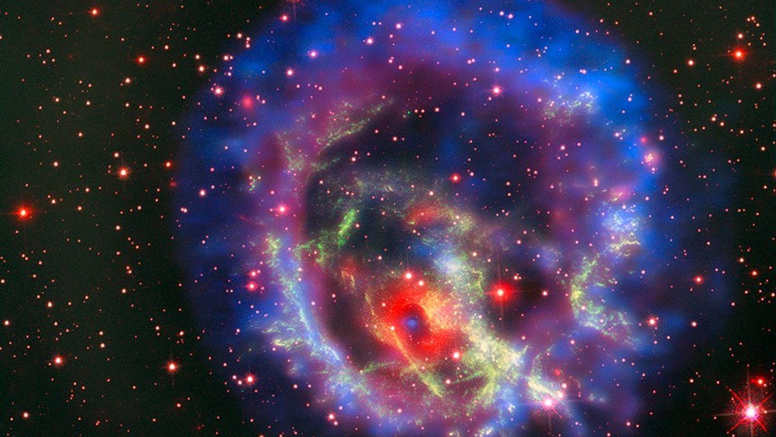 Um cadáver estelar denso conhecido como estrela de nêutrons está localizado dentro da E0102, uma supernova ...