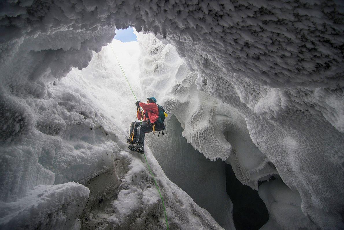 Um cientista que busca por formas extremas de vida sai de uma caverna vulcânica no Monte ...