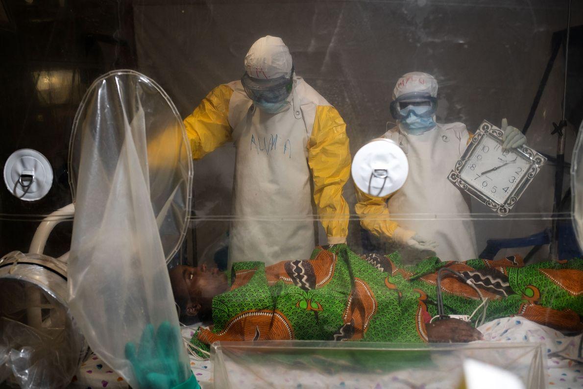 Kavugho Mukoni Romelie, com 16 anos, recebe tratamento contra o ebola no centro da Alliance for ...