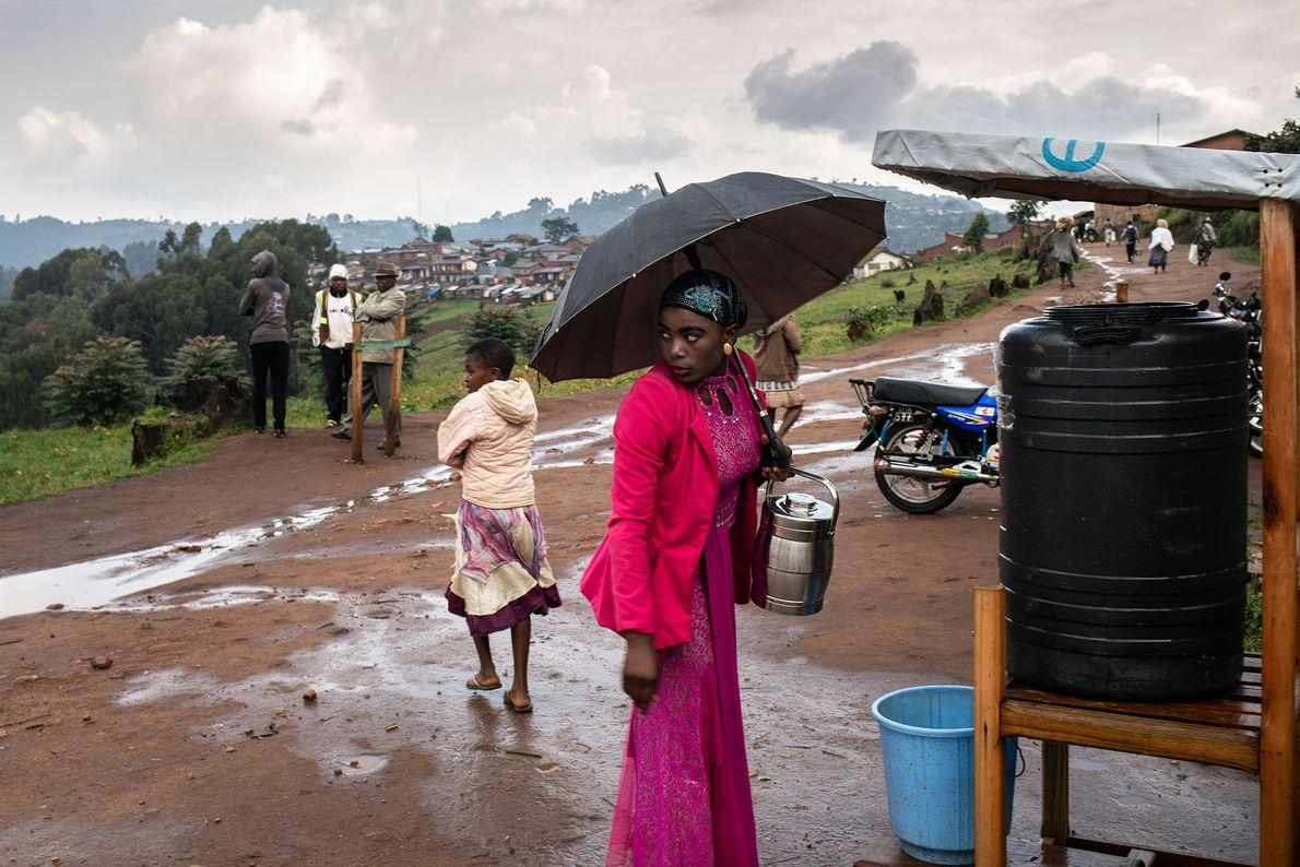 Uma mulher vai lavar as mãos com uma solução de cloro ao deixar o hospital em ...