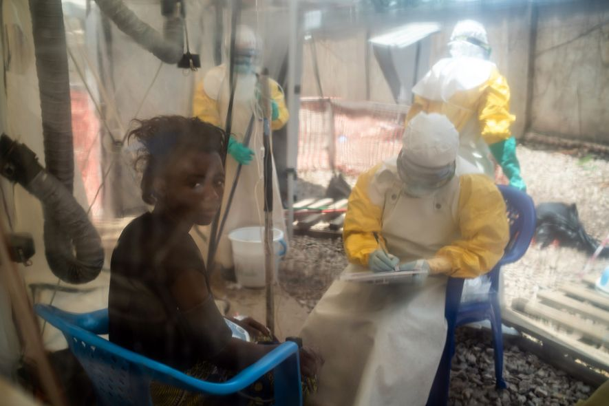 Kavugho Mukoni Romelie, 16 anos, em tratamento contra o ebola no centro da Alliance for International ...