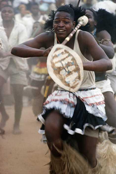 """Os trabalhadores em minas de ouro sul-africanas ficavam """"em transe com os trovejantes tambores"""" durante as """"animadas danças tribais"""", dizia uma reportagem de 1962."""