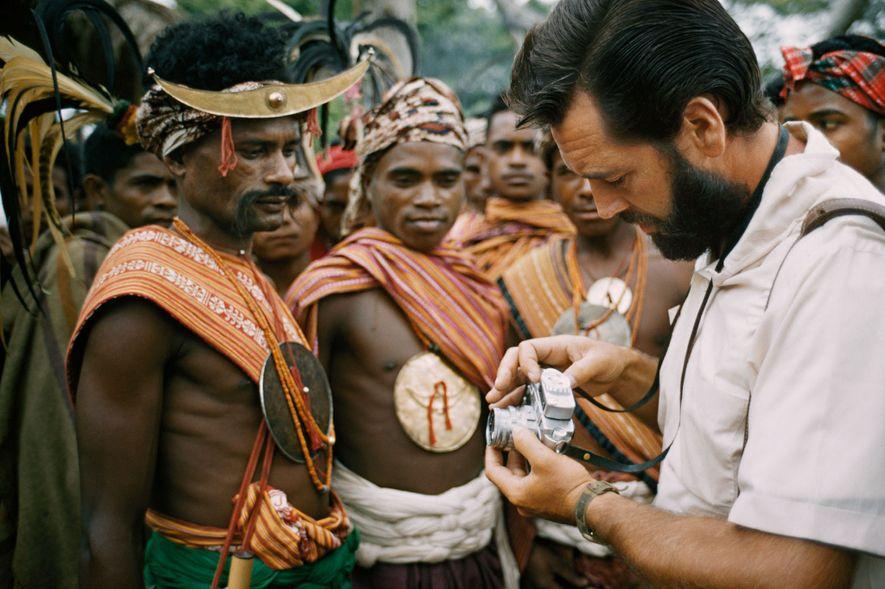 """O fotógrafo Frank Schreider mostra a sua câmera aos moradores de Timor, em uma edição de 1962. A revista exibia fotos de """"nativos selvagens"""" fascinados pela tecnologia dos ocidentais """"civilizados""""."""