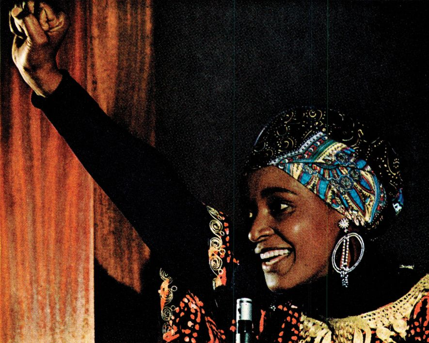 Um artigo de 1977 sobre o apartheid na África do Sul mostra Winnie Mandela, uma das fundadoras da Associação dos Pais Negros e esposa de Nelson Mandela.