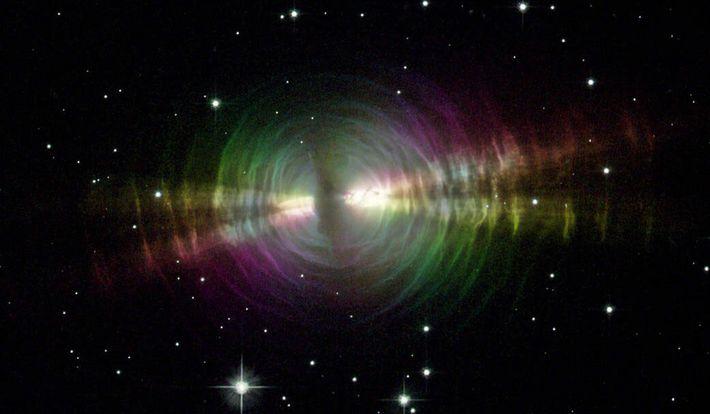Explosões de poeira estelar, semelhantes à Nebulosa do Ovo mostrada acima, são uma possível origem dos ...