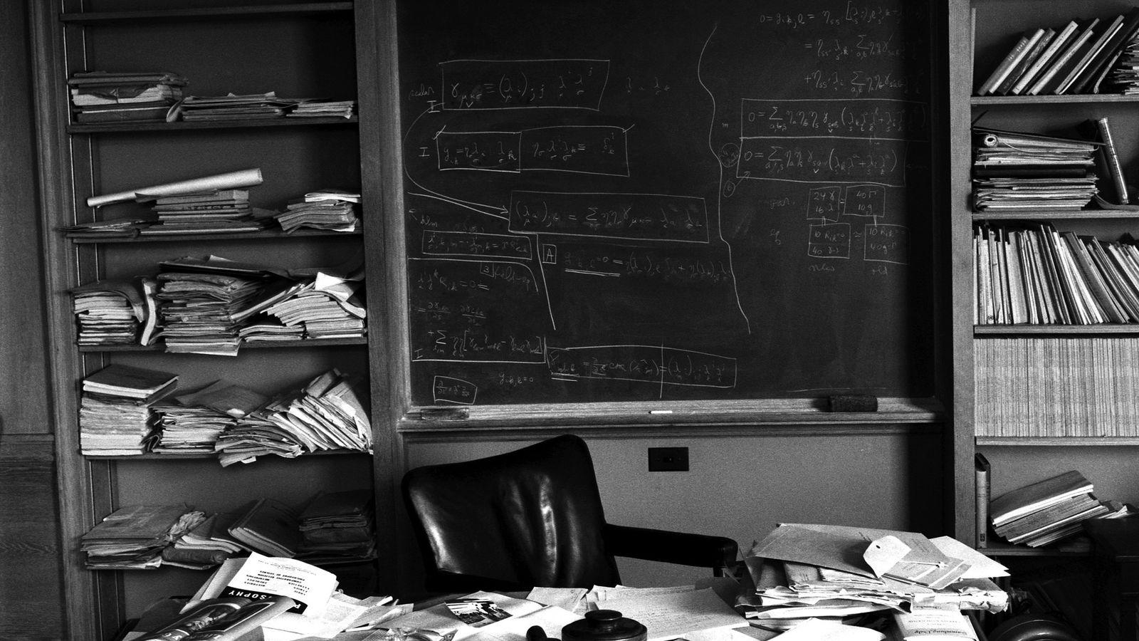 Escritório de Albert Einstein em Princeton, Nova Jersey, horas após sua morte, fotografado exatamente como o ...